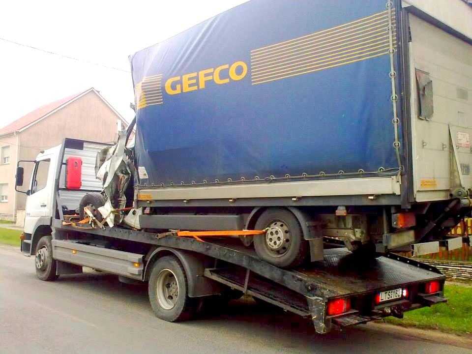 karambolos jármű szállítás - autómentés